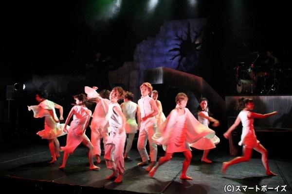 温もりを感じさせる生演奏と力強く抽象的な群舞が作品の世界観を膨らませます