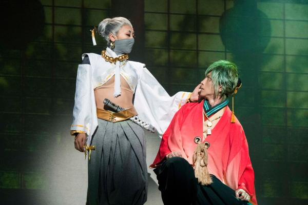 傾城屋「宵」の遊女で日本一の「情報屋」・芦屋弓月(あしやゆづき)役の浅田舞さん(写真左)