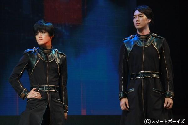 (左から)御池万夜役の長江崚行さん、柚木小太郎役の山沖勇輝さん