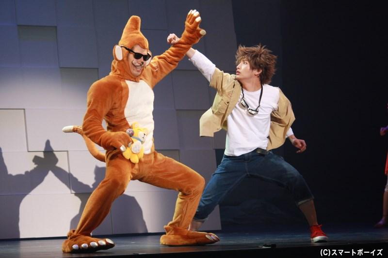 エテモン(左・オレノグラフィティさん)の攻撃に、立ち向かおうとする太一(右・松本岳さん)
