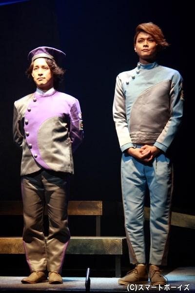 宇宙飛行士らを地上からサポートする、アイザック(左・長谷川太郎さん)とレイ(右・相馬圭祐さん)