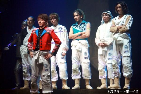 各国から集まったモマら7名の宇宙飛行士は、宇宙船カムイに乗り込み火星を目指す