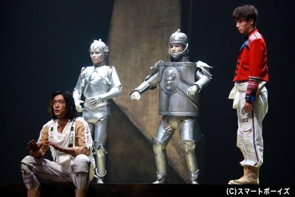 (左端から順に)ホルスト(谷口賢志さん)が名付けた、テレスコープ(鈴木勝吾さん)とマイクロスコープ(岩田有民さん)