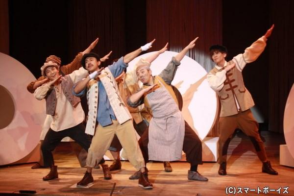 森の中で芝居の稽古をしていた、ボトム(手前中央・TERUさん)ら職人たち