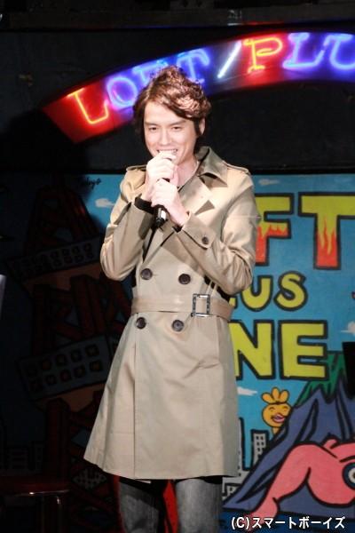 「45×40 感謝祭 Anniversary LIVE & SHOW」でも使用したコート姿で登場の村上幸平さん