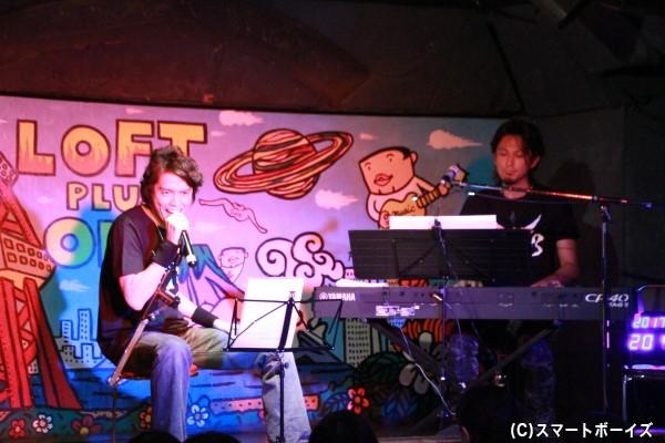 佐藤和豊さんのオルガン演奏に乗せて歌う村上さんのマイクは、よく見ると「カイザブレイガン仕様」!
