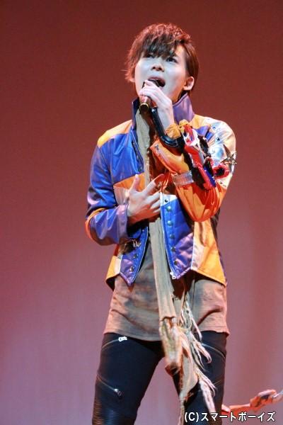 アーティストとしても活動する岸さんがエンディングテーマ「見えない絆」を熱唱