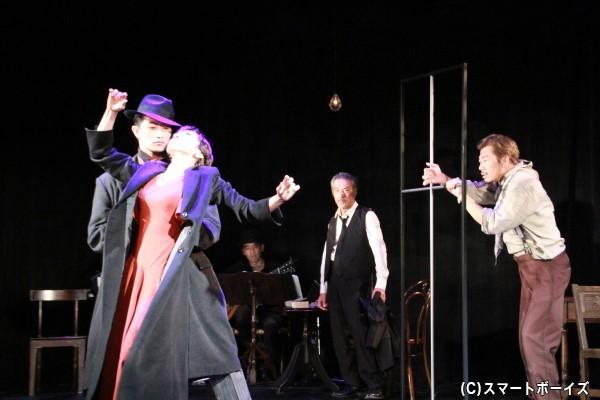 序盤では水夏希さんと伊万里さんによるダンスシーンが登場