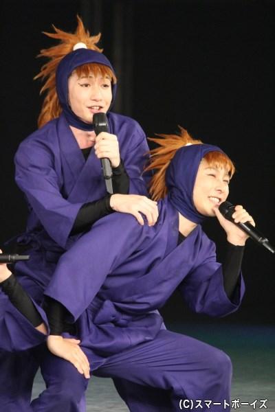 鉢屋三郎役の久下恭平さん(右)と不破雷蔵役の吉田翔吾さん(左)