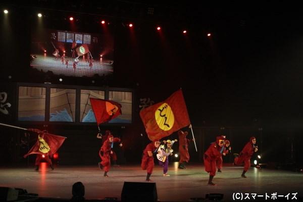 かっこいいアクションからキュートなアイドルまで、幅広い演出で魅了したドクタケ忍者隊。稗田八方斎(中央:幹山恭市さん)もハッスル、ハッスル!