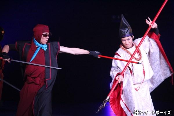 ドクタケ壱百七(左:渡辺崇人さん)と雪鬼(右:横井寛典さん)の迫力の演舞!