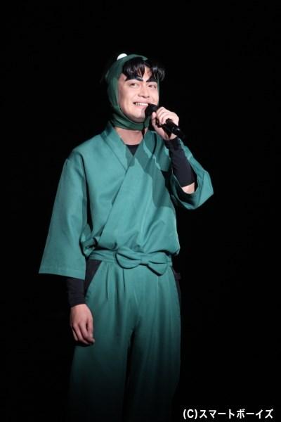 潮江文次郎のソロ曲「ジブンノカケラ」を、涙をこらえ笑顔で歌った海老澤健次さん