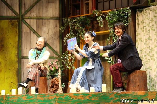 アキラ(ミムラ)が司会を担当する番組にゲスト出演した国尾。大先輩作家・星野かがやきをヨイショ! ※星野かがやきは今野浩喜さんと小松利昌さんが日替わりで演じます