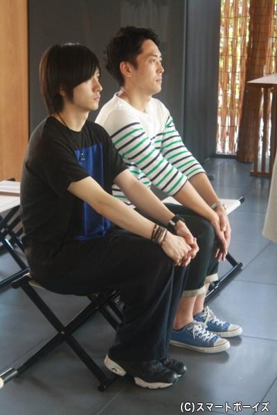 DVDヒット&イベント成功祈願に臨む山本一慶さん(手前左)とせとたけおさん(後方右)