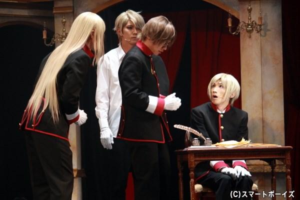 第四王子のレオンハルト(右端・廣瀬大介さん)は、ハイネが作った学力テストに悪戦苦闘