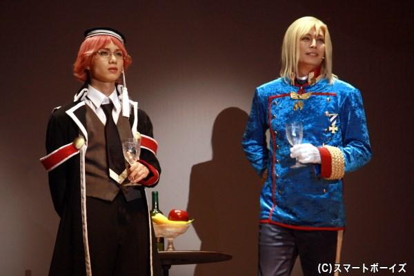 王室教師としてやってきたハイネ(左・植田圭輔さん)と、王子たちを見守る国王ヴィクトール(右・姜暢雄さん)