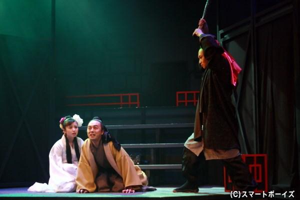 処刑人(右端・平山佳延さん)による死を前に、王允(中央・佐藤修幸さん)が雪梅(左端・小池美由さん)へ語る物語とは…