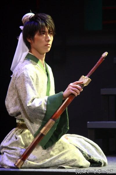 のちに蜀の皇帝となる若者・劉備玄徳(谷佳樹さん)は、生家に伝わる刀を手に立ちあがる