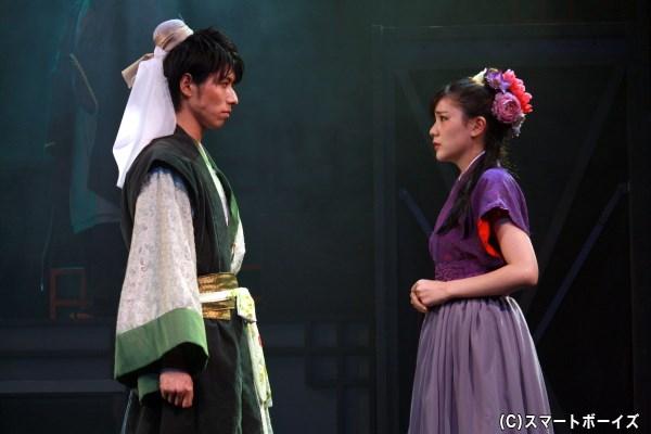 劉備はかつて助けた娘・貂蝉(右・高橋胡桃さん)と互いに惹かれあうが…