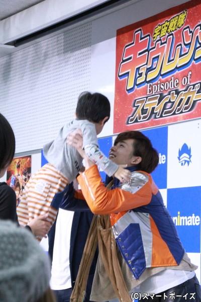握手会での一コマ。小さいお子さんを抱き上げる岸さん