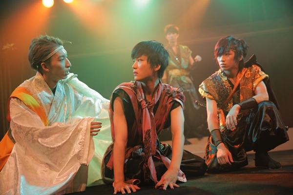 村の少年・達磨(だるま/演:田中亨。写真中央)を助ける僧侶・布丁(ふてい/霧ver.演:三好。写真左)。三好もまた、「霧ver.」と「虹ver.」で二つの役を演じ分ける。