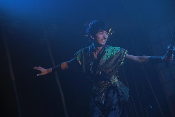 恵比三の弟分の忍者・禄郎(ろくろう)として出演する尾形大悟をはじめ、役替わりのない出演者は本役以外にも多くのシーンでアンサンブル出演している。
