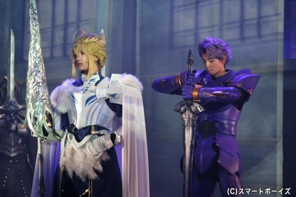 アルトリア・ペンドラゴン(写真左/高橋ユウ)と円卓の騎士のひとり・ランスロット(小野健斗)