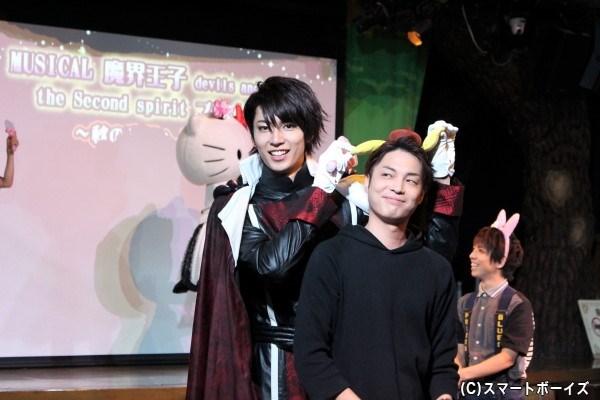 背後から松本さんに近づいてからむ鮎川さん。カメラに向かってかわいいアピール