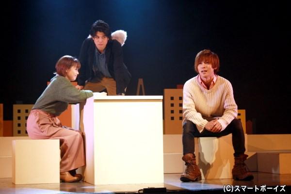 恋人・天羽イツキ(右端・安達勇人さん)との結婚式が1週間後に控える中、兄を亡くした森四つ葉(左端・新垣里沙さん)