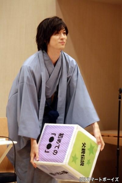 サイコロを全力で振る一慶さん、様々なお題にトークも弾みます!