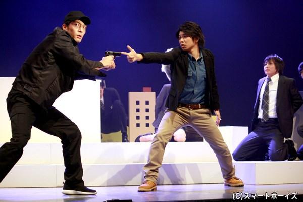 一平は、強盗の慶太郎(左端・北代高士さん)や弟たちのシナリオを、冴嶋に書き換えさせようとするが…