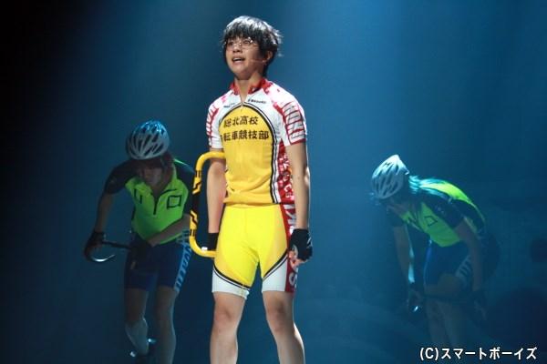 山岳ステージを前に、総北・小野田坂道(右・醍醐虎汰朗さん)は集団に抑えられ最後尾に