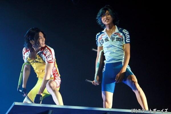 総北・手嶋純太(左・鯨井康介さん)は、箱根学園・真波山岳(右・谷水力さん)との勝負へ