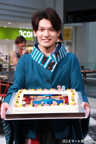 特製バースデーケーキにニッコリの崎山さん