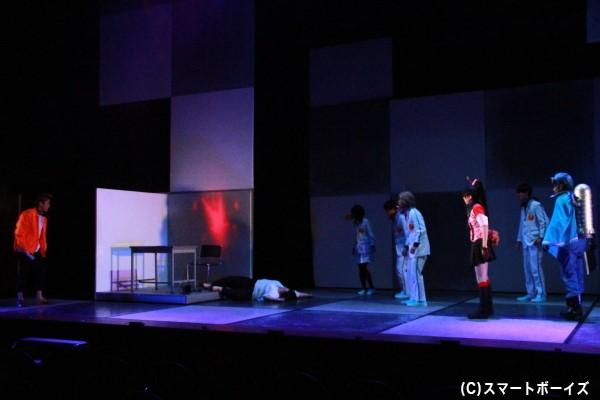 人気アクションドラマ「サイキック学園Σ」の撮影スタジオで殺人事件が発生