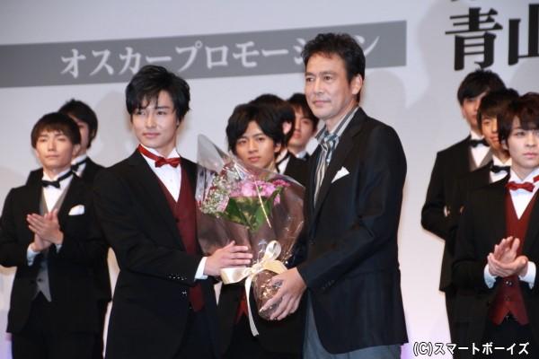 事務所の大先輩・村上弘明さんから栗山さんに花束を贈呈