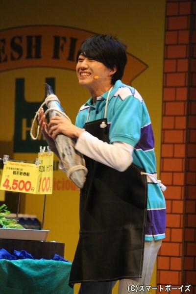 小坂涼太郎さんが演じるイケメンな魚屋は主婦のアイドル
