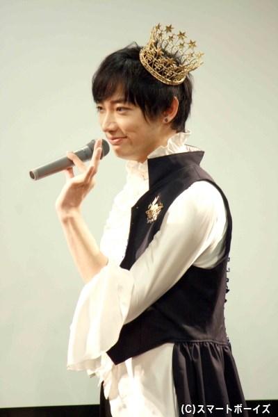 マイクの持ち方にも気品あふれるワゴー王子、ファッションショーでは客席にダメ出しも(笑)