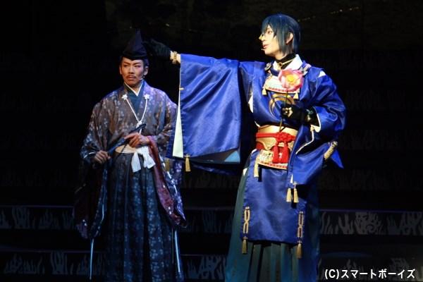 三日月宗近は、藤原泰衡(左・加古臨王さん)の元に姿を現す
