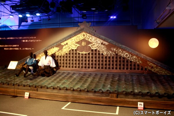 本丸の舞台セットでは、屋根の前で撮影OK!