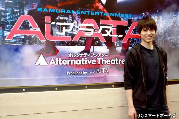 劇場での稽古に励む、小松準弥さんをスマートボーイズが直撃取材!