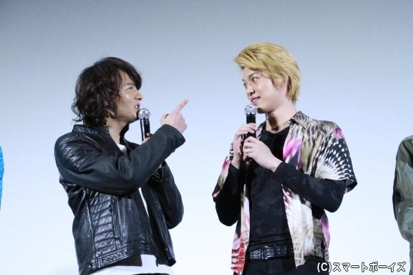 舞台挨拶中での一コマ 藤田さん「あれ?クイズ番組とかによく出ているよね」 荒井さん「カズレーザーじゃねえよ!」