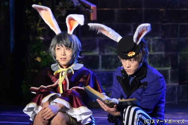 白兎王国の涙(写真左/佐藤友咲)は、自分たちの物語を物語として記録