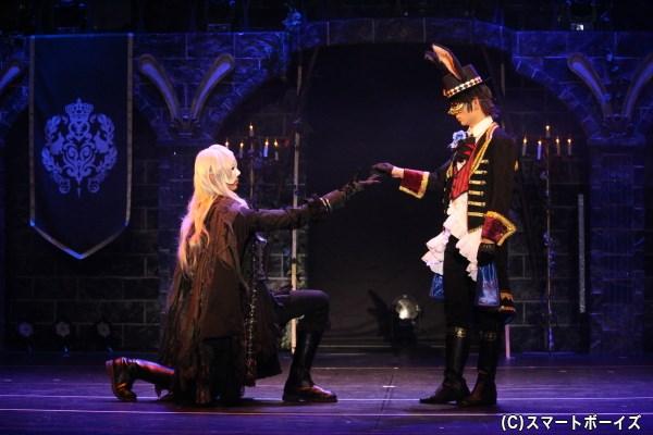 黒兎の王にダンスを申し込む謎の男。手を取るポーズだけでも絵になる様に、思わずうっとり♡