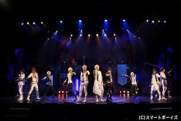 12名のメンバーが次々登場し、白熱のダンスライブを展開!