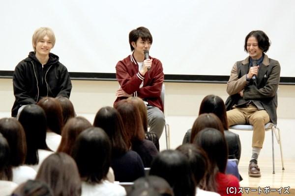 第1部は安里さんが左右の河合さんと亜飛夢さんに、器用にツッコミトークを展開!