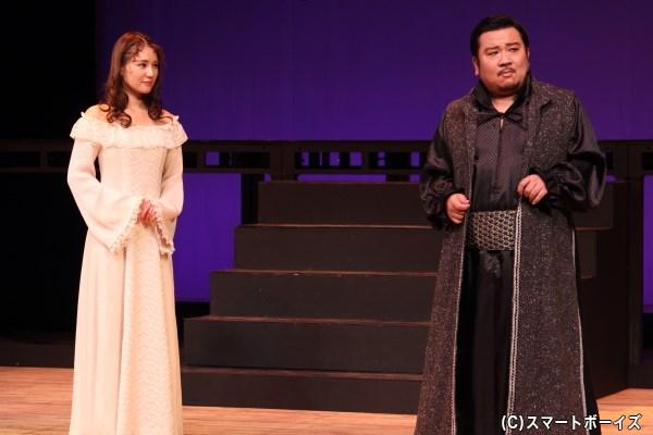 宰相のポローニアス(右・我善導さん)は、ハムレットの狂気は娘のオフィーリア(左・鈴木まりやさん)への恋心からだと思い込む