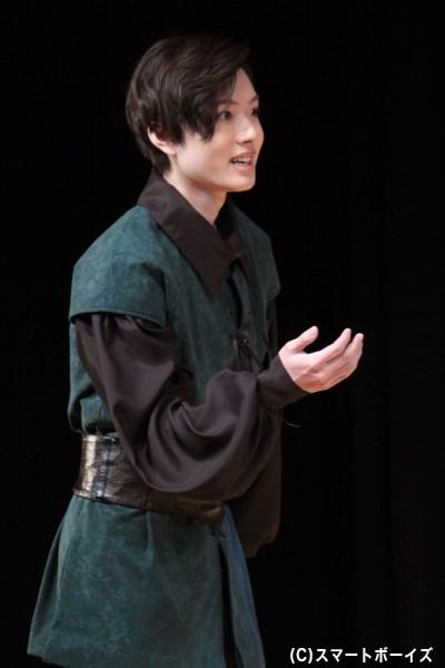 ローゼンクランツと共に、ハムレットの様子を覗うギレデンスターン(三原大樹さん)