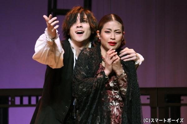 ハムレットは母である王妃ガートルード(右・亜聖樹さん)にも責め迫る