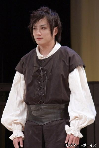 無二の親友・ホレーシオ(松村泰一郎さん)は、亡霊となった王の噂をハムレットに伝える